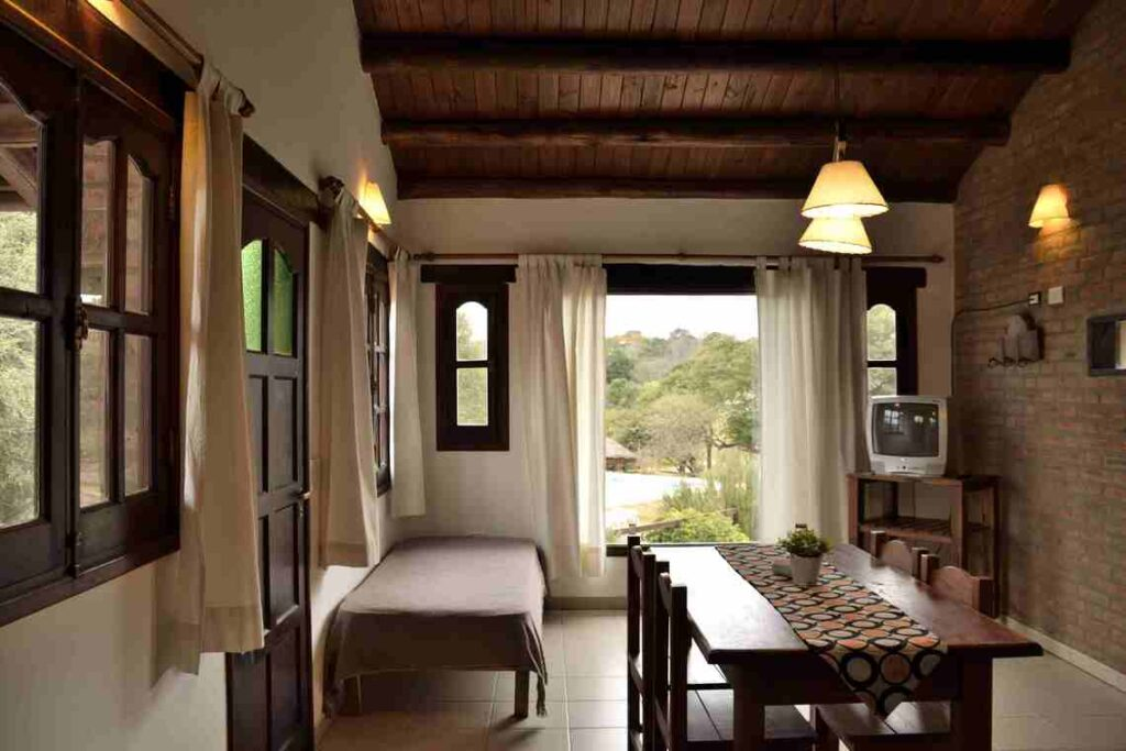 casa-de-campo-con-ventanal-con-vista-al-jardín-y-piscina