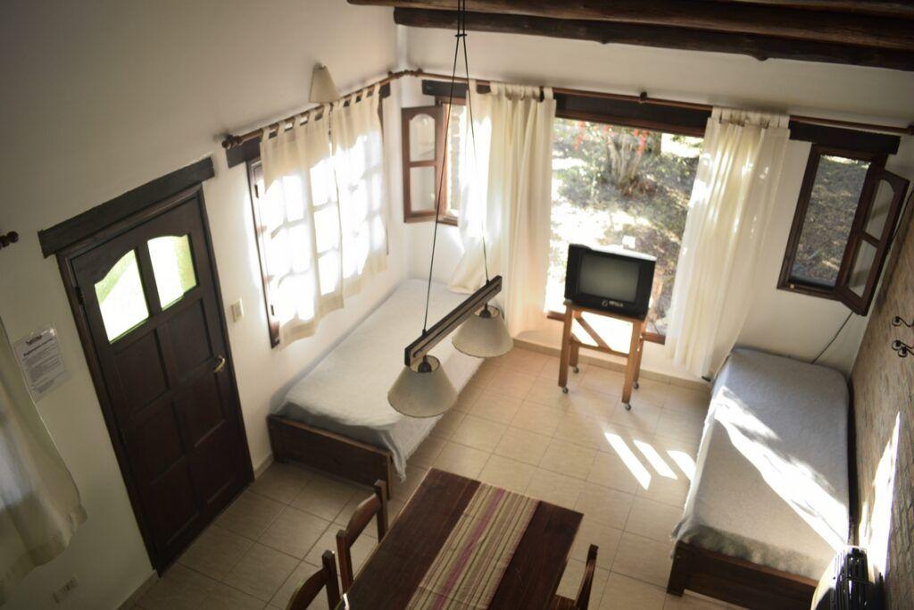 casa-de-campo-con-estar-comedor-y-vista-al-jardín